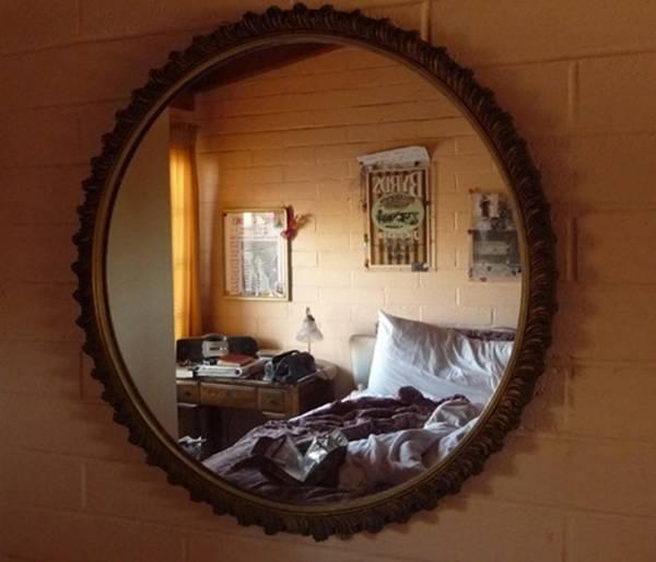 Gương không nên treo ở gần cửa ra vào